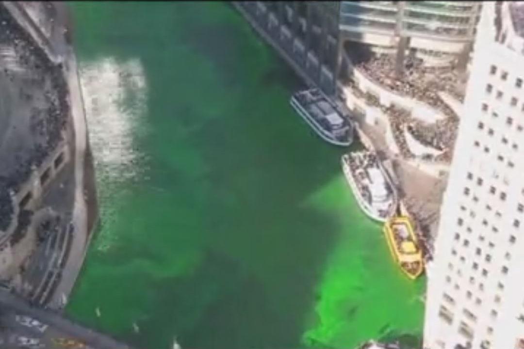 رودخانه شیکاگو به مناسبت برگزاری یک مراسم سنتی به رنگ سبز در آمد