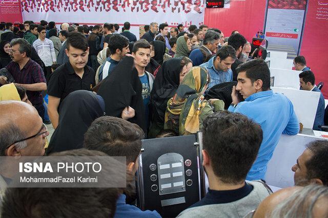 سرگردانی متقاضیان بن کتاب در مقابل باجه های بانک شهر در نمایشگاه کتاب تبریز